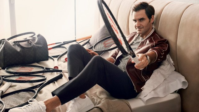 FEDERER CASUAL IN BED WITH RACKETS